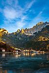 Italien, Venetien, Provinz Belluno, Alleghe: am gleichnamigen See Lago d'Alleghe vor den Gipfeln der Monte Civetta in den Dolomiten | Italy, Veneto, Province Belluno, Alleghe: at Lago d'Alleghe with Monte Civetta mountains in the Dolomites