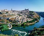 Spanien, Toledo: am Ufer des Tajo, mit der Kathedrale Santa Maria aus dem 13. - 15. Jahrhundert und dem Alcazar, UNESCO-Weltkulturerbe | Spain, Toledo: at river Tajo with cathedral Santa Maria and the Alcazar, UNESCO-World Heritage