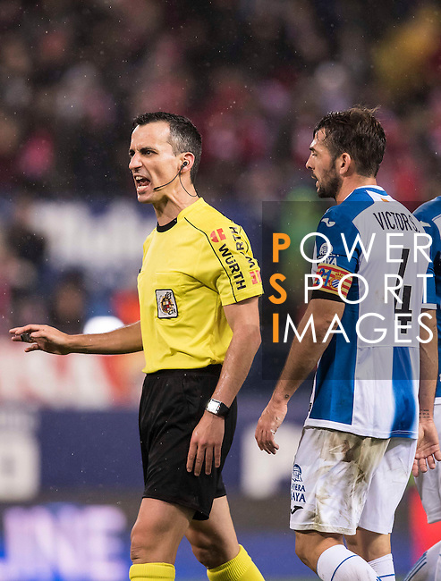 Victor Sanchez Mata (r) of RCD Espanyol argues with referee Santiago Jaime Latre during the La Liga match between Atletico de Madrid and RCD Espanyol at the Vicente Calderón Stadium on 03 November 2016 in Madrid, Spain. Photo by Diego Gonzalez Souto / Power Sport Images