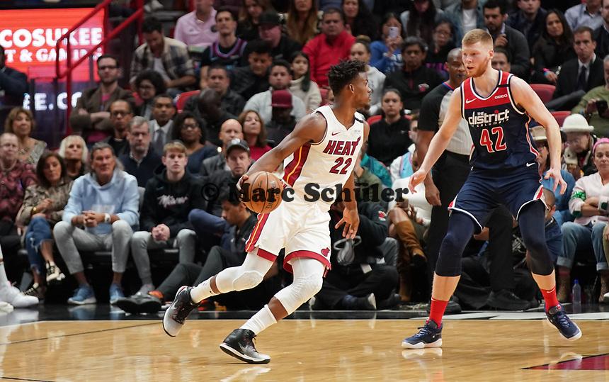 Jimmy Butler (G/F Miami Heat, #22) gegen David Bertans (F, Washington Wizards, #42) - 22.01.2020: Miami Heat vs. Washington Wizards, American Airlines Arena