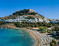 Griechenland, Dodekanes, Rhodos, Lindos: Bucht und Strand unterhalb der Akropolis von Lindos | Greece, Dodekanes, Rhodes, Lindos: Bay and Beach under Lindos' Acropolis