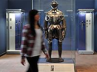 """Besucherin betrachtet sich eine verzierte Harnisch eines mittelalterlichen Soldaten - das Museum im Schloss Hartenfels zeigt in der Ausstellung """"DAS WORT im Bild"""" vor allem Prunkwaffen  wie Schwerter, Pistolen und Schmuckgegenstände.  Foto: Norman Rembarz<br /> <br /> Jegliche kommerzielle Nutzung ist honorar- und mehrwertsteuerpflichtig! Persönlichkeitsrechte sind zu wahren. Es wird keine Haftung übernommen bei Verletzung von Rechten Dritter. Autoren-Nennung gem. §13 UrhGes. wird verlangt. Weitergabe an Dritte nur nach  vorheriger Absprache."""