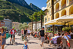 Italy, Trentino, Riva del Garda: popular holiday resort at Lake Garda (Lago di Garda), lakeside cafes at promenade Lungolago | Italien, Trentino, Riva del Garda: beliebter Urlaubsort am Nordufer des Gardasees, Cafés an der Seepromenade (Lungolago)