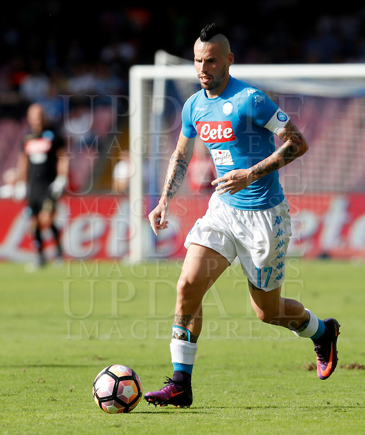Calcio, Serie A: Napoli vs Roma. Napoli, stadio San Paolo, 15 ottobre. <br /> Napoli's Marek Hamsik in action during the Italian Serie A football match between Napoli and Roma at Naples' San Paolo stadium, 15 October 2016. Roma won 3-1.<br /> UPDATE IMAGES PRESS/Isabella Bonotto