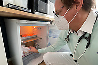 Dr. Christian Schmauß holt Packungen AstraZeneca aus dem Kühlschrank - Mörfelden-Walldorf 17.05.2021: Corona-Impfung bei Hausärzten