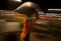 Belém comemora 396 anos de fundação<br /> <br /> Considerada a maior feira livre da América Latina, o Ver-o-Peso comercializa variados tipos de alimentos e ervas medicinais vindos do interior do estado. O nome do mercado tem relação com o antigo sistema de comércio implantado no país onde era necessário o rígido controle alfandegário na Amazônia. Para isso, o peso das mercadorias era conferido para cobrar os impostos para a coroa portuguesa. Hoje, além de ser um cartão postal paraense, Ver-o- Peso é mais uma opção de lazer e comércio para moradores e turistas da região.<br /> <br /> O município de Belém,  capital do estado do Pará, outrora denominada Santa Maria de Belém do Grão Pará, foi fundada em 12 de janeiro de 1616 pelo capitão Francisco Caldeira Castelo Branco. De acordo com estimativa do censo 2010 do IBGE a cidade  tem hoje  cerca de 1.402.056 habitantes,    distribuídos entre seu núcleo urbano e suas 39 ilhas.  A região Metropolitana de Belém  conta com mais de 2,3 milhões de habitantes, e tem hoje a maior população metropolitana da Amazônia sendo uma das cidades mais antigas da região.  Situada entre a baia do Guajará e o rio Guamá Latitude:01° 23'.6 Sul Longitude: 048° 29'.5 Oeste. <br /> Belém, Pará, Brasil<br /> Foto Paulo Santos<br /> 11//01/2012