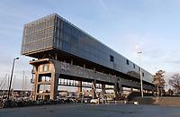 Nederland  Amsterdam  2020.  Kraanspoor bij de Marina in Amsterdam. In het gebouw zijn veel bedrijven gevestigd.  Foto : ANP/ HH / Berlinda van Dam