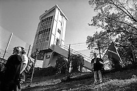 Autodromo di Monza, Gran Premio d'Italia 2001. La torre dei cronometristi e un tifoso con la bandiera McLaren --- Racetrack of Monza, 2001 Italian Grand Prix. The tower of the timekeepers and a supporter with the flag of McLaren