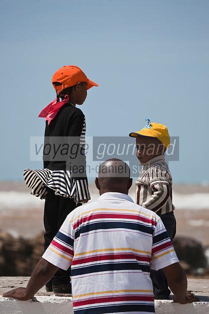 Afrique/Afrique du Nord/Maroc/Essaouira: Père et ses enfants observant le spectacle  des vagues de l'océan depuis les remparts