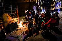 BOGOTA - COLOMBIA, 31-12-2018: Ciudadanos de Bogota en el barrio El Rincon de la localidad de Suba durante la despedida del año 2018  / Citizens of Bogota in the neighborhood El Rincon of the locality Suba during the farewell of 2018. Photo: VizzorImage / Diego Cuevas / Cont