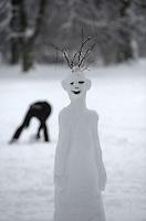 Nach ergiebigem Schneefall in den letzten Tagen war der Clara-Zetkin-Park voll von Menschen , die die weiße Pracht in vollen Zügen genossen haben. Ob mit dem Schlitten, auf Ski oder einfach zu Fuß - der Schnee erfreute auf vielerlei Wegen. im Bild: Schneealiens an der Anton-Bruckner-Allee.   Foto: Norman Rembarz..Norman Rembarz , Autorennummer 41043728 , Holbeinstr. 14, 04229 Leipzig, Tel.: 01794887569, Hypovereinsbank: BLZ: 86020086, KN: 357889472, St.Nr.: 231/261/06432 - Jegliche kommerzielle Nutzung ist honorar- und mehrwertsteuerpflichtig! Persönlichkeitsrechte sind zu wahren. Es wird keine Haftung übernommen bei Verletzung von Rechten Dritter. Autoren-Nennung gem. §13 UrhGes. wird verlangt. Weitergabe an Dritte nur nach  vorheriger Absprache..