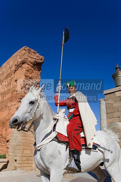 Afrique/Afrique du Nord/Maroc/Rabat: cavalier de la Garde Royale et Ruines de la Mosquée Hassan et Tour Hassan