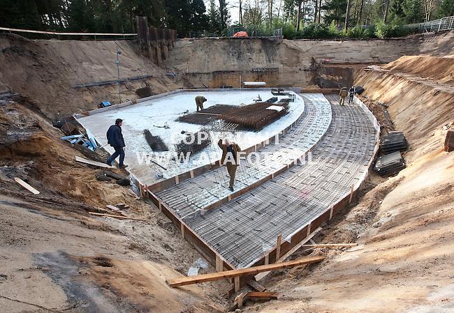 Apeldoorn, 120209<br /> De Apenheul krijgt een natuurcentrum. Op de foto wordt de bewapening voor de vloer van het auditorium geplaatst. Bij verhaal APA Tekst.<br /> Foto: Sjef Prins - APA Foto