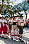 Deutschland, Bayern, Oberbayern, Chiemgau, Ruhpolding: junge einheimische Maedchen und Jungen beim Volkstanz in traditioneller Tracht | Germany, Upper Bavaria, Chiemgau, Ruhpolding: village festival, young local girls and boys dancing folk dance in traditional dress