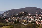 Panorama von Jajce. / Panorama of Jajce. // Die Schülerinnen und Schüler in Bosnien und Herzegowina werden getrennt nach Nationalität und Glaubensrichtung unterrichtet. In der Kleinstadt Jajce haben sich Jugendliche dagegen gewehrt.