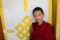 NEPAL Pokhara, tibetan refugee camp Tashi Ling, Shri Gaden Dhargyaling Monastery, young novice Lobsang Ngawang, background endless knot a symbol for luck / tibetisches Fluechtlingslager Tashi Ling, Shri Gaden Dhargyaling Monastery, Junge Lobsang Ngawang, 11 Jahre, lebt seit 2012 im Kloster, stammt aus tibetischer Nomadenfamilie in Upper Mustang, Hintergrund endloser Knoten ein Glueckssymbol