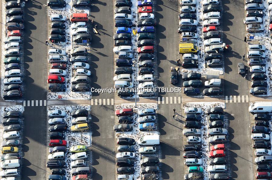 Parkraum: EUROPA, DEUTSCHLAND, HAMBURG, (EUROPE, GERMANY), 04.02.2012 voll gefuellter Parkplatz eines Einkaufszentrums mit privat Kraftfahrtzeugen