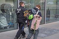 """Die Umweltschutzorganisation Greenpeace wollte am Freitag den 11. Oktober 2019 in Berlin an der Bundestagskantine des Paul-Loebe-Haus ein Transparent """"Klimaschutz auf die Speiseplaene! - Kein Billigfleisch in oeffentlichen Kantinen!"""" aufhaengen. Die Berliner Polizei erwartete die Aktivisten jedoch und verhinderte die Kletteraktion.<br /> Im Bild: Ein Kletteraktivist von Greenpeace wird abgefuehrt.<br /> 11.10.2019, Berlin<br /> Copyright: Christian-Ditsch.de<br /> [Inhaltsveraendernde Manipulation des Fotos nur nach ausdruecklicher Genehmigung des Fotografen. Vereinbarungen ueber Abtretung von Persoenlichkeitsrechten/Model Release der abgebildeten Person/Personen liegen nicht vor. NO MODEL RELEASE! Nur fuer Redaktionelle Zwecke. Don't publish without copyright Christian-Ditsch.de, Veroeffentlichung nur mit Fotografennennung, sowie gegen Honorar, MwSt. und Beleg. Konto: I N G - D i B a, IBAN DE58500105175400192269, BIC INGDDEFFXXX, Kontakt: post@christian-ditsch.de<br /> Bei der Bearbeitung der Dateiinformationen darf die Urheberkennzeichnung in den EXIF- und  IPTC-Daten nicht entfernt werden, diese sind in digitalen Medien nach §95c UrhG rechtlich geschuetzt. Der Urhebervermerk wird gemaess §13 UrhG verlangt.]"""