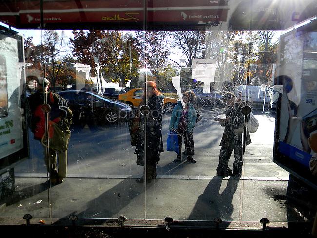 ROUMANIE, Bucarest, Piata Unirii, 9.11.2011.  Gens du transport publique. Des gens attendant le bus.. © Ioana Constantina/ Florian Iancu