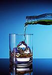 Longdrink, Glas, Flasche, Eiswuerfel, Eingiessen, Food, Getraenke, Alkoholisch, Nahrung, Nahrungsmittel, Ernaehrung, Essen und Trinken, Lebensmittel<br /> [Fuer die Nutzung gelten die jeweils gueltigen Allgemeinen Liefer-und Geschaeftsbedingungen. Nutzung nur gegen Verwendungsmeldung und Nachweis. Download der AGB unter http://www.image-box.com oder werden auf Anfrage zugesendet. Freigabe ist vorher erforderlich. Jede Nutzung des Fotos ist honorarpflichtig gemaess derzeit gueltiger MFM Liste - Kontakt, Uwe Schmid-Fotografie, Duisburg, Tel. (+49).2065.677997, fotofinder@image-box.com, www.image-box.com]