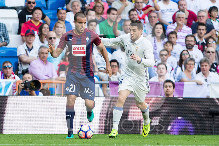 Eibar's Pedro Leon and Real Madrid's Mateo Kovacic durign the match of La Liga between Real Madrid and SD Eibar at Santiago Bernabeu Stadium in Madrid. October 02, 2016. (ALTERPHOTOS/Rodrigo Jimenez)