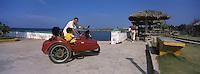 Cuba/Env de la Havane/Cojimar: Un dimanche à la plage en side-car - Cojimar, [le port où le bateau d'Ernest Hemingway était arrimé]
