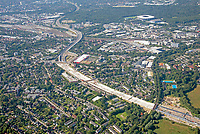 Hamburger Deckel Stellingen: EUROPA, DEUTSCHLAND, HAMBURG, (EUROPE, GERMANY), 06.08.2020: Der Hamburger Deckel, auch A7-Deckel genannt, ist eine Reihe von drei einzelnen, geplanten Tunneln mit einer Gesamtlänge von 3753 Metern, die als Einhausung der Bundesautobahn 7 im Zuge deren 2014 begonnenen Ausbaus in Hamburg nördlich des Elbtunnels erbaut werden sollen. Sie dienen dem gesetzlich geforderten Lärmschutz der Anwohner, wenn die Autobahn auf sechs bzw. acht, abschnittsweise auf zehn Fahrstreifen erweitert sein wird. Dabei erlaubt die Bauweise das Ausnutzen der bisherigen Böschungen zur Verbreiterung.<br /> Zugleich eröffnet die Ausführung mit einer belastbaren, mit etwas Erdreich bedeckten und begrünten Decke neue Möglichkeiten der Stadtentwicklung.<br /> Der Baubeginn des Autobahnausbaus in den drei Bereichen ist von 2012 in Stellingen auf 2014 in Schnelsen verlegt worden, da dort der Bauabschnitt privat finanziert werden soll und der Planfeststellung weniger Widerstand entgegengesetzt wird. Laut der Projekt-Website begann der Ausbau des Abschnitts Schnelsen im Jahr 2014. Von der Öffentlichkeit wahrgenommen wurden Ende Januar 2015 beginnende vorbereitende Baumaßnahmen, wie die provisorische Verbreiterung einer Richtungsfahrbahn, um hier den gesamten Verkehr beider Richtungen fließen zu lassen. Etwa 2026 sollen die Baumaßnahmen abgeschlossen sein.[3]