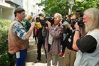Am Montag den 15. Juli 2013 wurde in Berlin Spandau ein Mieter der privaten Wohnungsbaugesellschaft Ypsilon Hausverwaltung zwangsgeraeumt nachdem er einen kritischen Artikel ueber die Praktikne der Hausverwaltung veroeffentlicht hatte.<br />Die Zwangsraeumung wurde von einer Einsatzhundertschaft der Polizei mit Gewalt durchgesetzt, da etwa 60 Personen vor dem Hauseingang und vor der Wohnung sassen um der Gerichtsvollzieherin den Zugang zur Wohnung zu versperren.<br />Der Mieter Tom Besuch (im Bild) hatte bis zuletzt versucht mit der Hausverwaltung eine Loesung ueber den Verbleib zu erziehlen, was die Hausverwaltung jedoch ablehnte.<br />Die Gefahr, dass der Mieter obdachlose werde sei nicht gegeben, so ein Polizeibaemter, da es im Stadtteil ja ein Maennerwohnheim gaebe.<br />15.7.2013, Berlin<br />Copyright: Christian-Ditsch.de<br />[Inhaltsveraendernde Manipulation des Fotos nur nach ausdruecklicher Genehmigung des Fotografen. Vereinbarungen ueber Abtretung von Persoenlichkeitsrechten/Model Release der abgebildeten Person/Personen liegen nicht vor. NO MODEL RELEASE! Don't publish without copyright Christian-Ditsch.de, Veroeffentlichung nur mit Fotografennennung, sowie gegen Honorar, MwSt. und Beleg. Konto:, I N G - D i B a, IBAN DE58500105175400192269, BIC INGDDEFFXXX, Kontakt: post@christian-ditsch.de<br />Urhebervermerk wird gemaess Paragraph 13 UHG verlangt.]