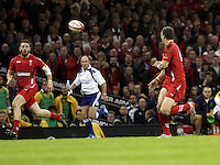 Pictured: Alex Cuthbert of Wales (L) gets a pass from team mate George North (R) to go on and score a try for his team. Saturday 08 November 2014<br />
