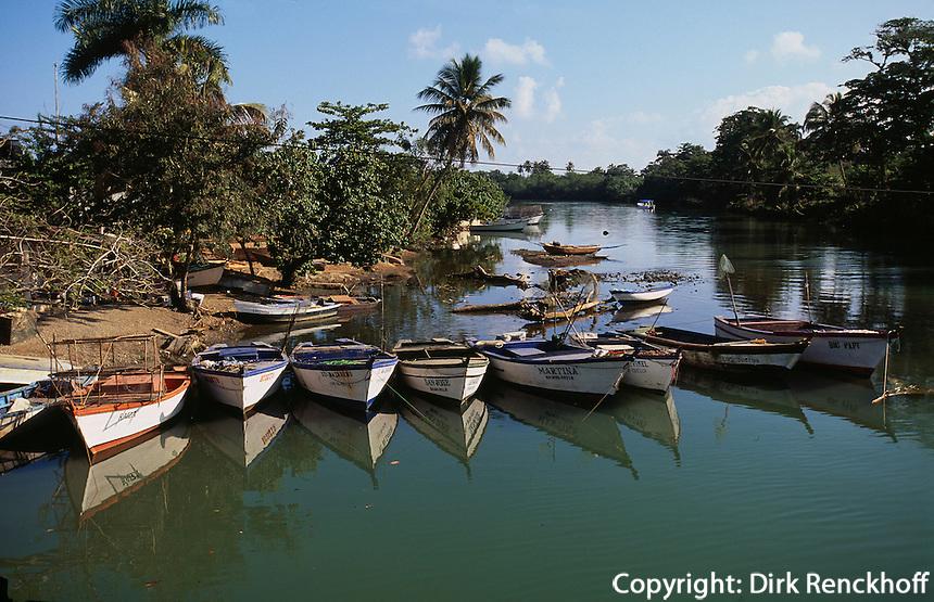 Dominikanische Republik, Fischerboote in der Flussmündung von Miches