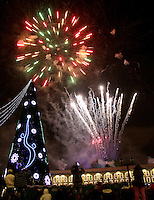 BOGOTA -COLOMBIA , 27 ,NOVIEMBRE-2015. La capital de la república encendió su iluminación navideña en la plaza de Bolívar con juegos pirotécnicos y conciertos musicales./ The capital of the republic turned on his Christmas lights in the Plaza de  Bolivar  with fireworks and concerts. Photo: VizzorImage / Felipe Caicedo / Staff