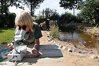 Schulklasse legt Teich an