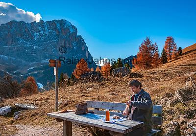 Italien, Suedtirol (Trentino - Alto Adige), Dolomiten: Picknick an der  Groednerjoch Passstrasse, im Hintergrund der Langkofel | Italy, South Tyrol (Trentino - Alto Adige), Dolomites, above Selva di Val Gardena: picnic area at Gardena Pass Road (Passo Gardena), Sassolungo mountain at background