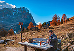Italien, Suedtirol (Trentino - Alto Adige), Dolomiten: Picknick an der  Groednerjoch Passstrasse, im Hintergrund der Langkofel | Italy, South Tyrol (Trentino - Alto Adige), Dolomites, above Selva di Val Gardena: picnic area at Gardena Pass Road (Passo Gardena), Sassolungo mountain at background