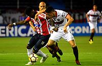 BARRANQUILLA - COLOMBIA, 26-09-2018: Yony González (Izq.) jugador de Atlético Junior (COL) disputa el balón con Emmanuel Olivera (Der.) jugador del Club Atlético Colón (ARG), durante partido de ida entre Atlético Junior (COL) y Club Atlético Colón (ARG), de los octavos de final llave D por la Copa Sudamericana en el estadio Metropolitano Roberto Meléndez de la ciudad de Barranquilla. / Yony González (L) player of Atletico Junior (COL) vies for the ball with Emmanuel Olivera (R) player Colon (ARG), during a match between Atletico Junior (COL) and Club Atletico Colon (ARG), of the first leg of the knockout key D for the Sudamericana Cup at the Metropolitano Roberto Melendez stadium in the city of Barranquilla. Photo: VizzorImage / Alfonso Cervantes / Cont.