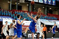 27-03-2021: Basketbal: Donar Groningen v Den Helder Suns: Groningen Den Helder speler Bolden Brace in duel met Donar speler Justin Watts