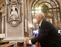 il presidente della Regione Campania Vincenzo De Luca <br /> <br /> Napoli miracolo di San Gennaro<br /> il cardinale Crescenzio Sepe veste la mascherina  mentre mostra con l'ampolla contenente il Sangue del Santo Liquefatto in un Duomo con pochi fedeli dovuta all'epidemia di coronavirus covid-19