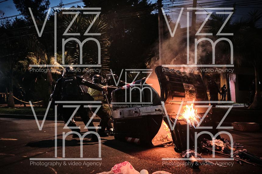 BOGOTA - COLOMBIA, 10-09-2020: Miembros de la Policía retiran un contenedor de basura incendiado durante el segundo día de protestas causadas por el asesinato del abogado Javier Ordoñez, abogado de 46 años, a manos de efectivos de la Policía de Bogotá el pasado miércoles 09 de septiembre de 2020 en el barrio Villa Luz al noroccidente de Bogotá (Colombia). En lo que va corrido del 2020 la alcaldía de Bogotá ha recibido 137 denuncias  de abuso policial de las cuales la Policía acusa recibido de 38.  / Police members remove a burning garbage container during the second day of protests caused by the murder of lawyer Javier Ordoñez, a 46-year-old lawyer, at the hands of members of the Bogotá Police on Wednesday, September 9, 2020 in Villa Luz neighborhood in the northwest of Bogotá (Colombia). So far in 2020 the Bogotá mayor's office has received 137 complaints of police abuse of which the Police accuse they have received 38. Photo: VizzorImage / Alejandro Avendaño / Cont
