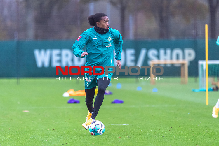 16.11.2020, Trainingsgelaende am wohninvest WESERSTADION - Platz 12, Bremen, GER, 1.FBL, Werder Bremen Training<br /> <br /> <br /> Tahith Chong (Werder Bremen #22) <br />  ,Ball am Fuss, <br /> <br /> <br /> Foto © nordphoto / Kokenge *** Local Caption ***