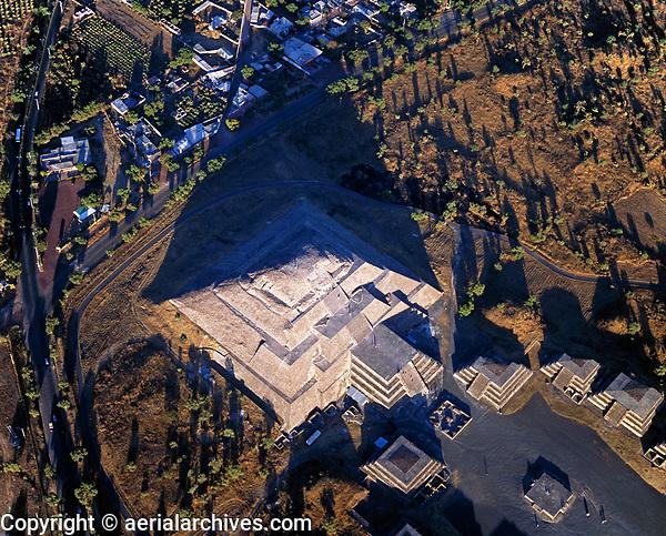 aerial photograph of Teotihuacan, near Mexico City, Mexico | fotografía aérea de Teotihuacan, cerca de la Ciudad de México, México