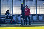 Patrick Hanslbauer (Schiedsrichter) zeigt Trainer Holger Seitz (FC Bayern München) die Gelbe Karte, Verwarnung, yellow card beim Spiel in der 3. Liga, FC Bayern Muenchen II - FC Viktoria Koeln.<br /> <br /> Foto © PIX-Sportfotos *** Foto ist honorarpflichtig! *** Auf Anfrage in hoeherer Qualitaet/Aufloesung. Belegexemplar erbeten. Veroeffentlichung ausschliesslich fuer journalistisch-publizistische Zwecke. For editorial use only. DFL regulations prohibit any use of photographs as image sequences and/or quasi-video.