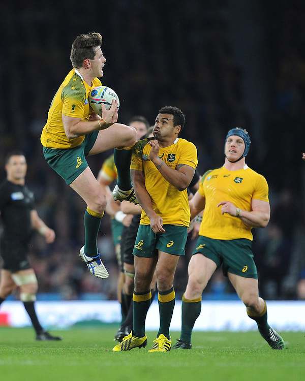 Bernard Foley of Australia catches the ball as Will Genia of Australia assists during the Rugby World Cup Final between New Zealand and Australia - 31/10/2015 - Twickenham Stadium, London<br /> Mandatory Credit: Rob Munro/Stewart Communications