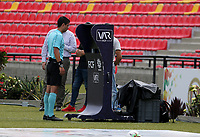 BUCARAMANGA - COLOMBIA, 17–02-2021: Lisandro Castillo, arbitro observa el VAR durante partido entre Atletico Bucaramanga y Deportivo Pereira de la fecha 7 por la Liga BetPlay DIMAYOR I 2021, jugado en el estadio Alfonso Lopez de la ciudad de Bucaramanga. / Lisandro Castillo, referee observe the VAR during a match between Atletico Bucaramanga and Deportivo Pereira of the 7th date for the BetPlay DIMAYOR I 2021 League at the Alfonso Lopez stadium in Bucaramanga city. / Photo: VizzorImage / Jaime Moreno / Cont.