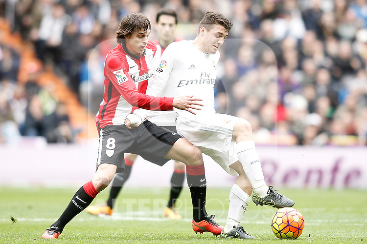 Real Madrid's Mateo Kovacic (r) and Athletic de Bilbao's Ander Iturraspe during La Liga match. February 13,2016. (ALTERPHOTOS/Acero)