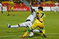 BUCARAMANGA - COLOMBIA, 16-04-2019: Sherman Cardenas del Bucaramanga disputa el balón con Kevin Londoño de Once durante partido por la fecha 16 de la Liga Águila I 2019 entre Atlético Bucaramanga y Once Caldas jugado en el estadio Alfonso Lopez de la ciudad de Bucaramanga. / Sherman Cardenas of Bucaramanga fights for the ball with Kevin Londo?o of Once during match for the date 16 of the Liga Aguila I 2019 between Atletico Bucaramanga and Once Caldas played at the Alfonso Lopez stadium of Bucaramanga city. Photo: VizzorImage / Oscar Martinez / Cont