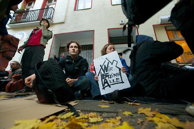 Am Morgen des 22. Oktober 2012 verhinderten ca. 60 Menschen die zwangsweise Raeumung einer 5-koepfigen Familie aus ihrer Wohnung in Berlin-Kreuzberg. Sie versperrten mit einer Sitzblockade den Zugang zum Haus in der Lausitzerstrasse 8. Der Vermieter hatte die Zwangsraeumung der Familie gerichtlich beantragt, da die Mieterhoehung angeblich erst nach Ablauf einer gesetzten Frist gezahlt worden sein soll. Die Gerichtsvollzieherin musste unverrichteter Dinge wieder gehen. Als Begruendung fuer die Nicht-Volllstreckung behauptete sie wahrheitswidrig, es habe Ausschreitungen gegeben.<br /> 22.10.2012, Berlin<br /> Copyright: Christian-Ditsch.de<br /> [Inhaltsveraendernde Manipulation des Fotos nur nach ausdruecklicher Genehmigung des Fotografen. Vereinbarungen ueber Abtretung von Persoenlichkeitsrechten/Model Release der abgebildeten Person/Personen liegen nicht vor. NO MODEL RELEASE! Nur fuer Redaktionelle Zwecke. Don't publish without copyright Christian-Ditsch.de, Veroeffentlichung nur mit Fotografennennung, sowie gegen Honorar, MwSt. und Beleg. Konto: I N G - D i B a, IBAN DE58500105175400192269, BIC INGDDEFFXXX, Kontakt: post@christian-ditsch.de<br /> Bei der Bearbeitung der Dateiinformationen darf die Urheberkennzeichnung in den EXIF- und  IPTC-Daten nicht entfernt werden, diese sind in digitalen Medien nach §95c UrhG rechtlich geschuetzt. Der Urhebervermerk wird gemaess §13 UrhG verlangt.]