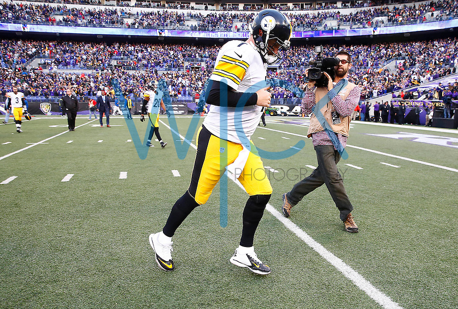 Ben Roethlisberger #7 of the Pittsburgh Steelers jogs off of the field following their 20-17 loss to the Baltimore Ravens during the game at M&T Bank Stadium on December 27, 2015 in Baltimore, Maryland. (Photo by Jared Wickerham/DKPittsburghSports)