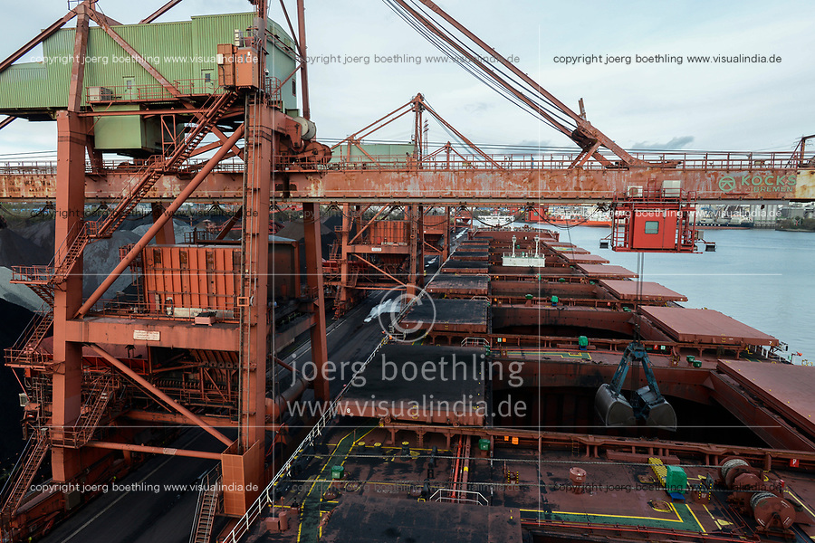 Germany, Hamburg, Hansaport import of coal and ore, unloading of cannadian coal from vessel Contamines with large excavator shovel / DEUTSCHLAND, Hamburg, Hansaport, Import von Kohle und Erz, Entladung von kannadischer Kohle vom Schiff Contamines