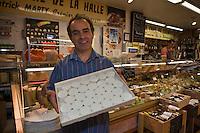 Europe/France/Midi-Pyrénées/46/Lot/Cahors: PatricK Marty fromager aux halles du marché-central et ses rocamadours [Non destiné à un usage publicitaire - Not intended for an advertising use]