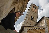 Europe/France/Provence-Alpes-Côtes d'Azur/06/Alpes-Maritimes/Alpes-Maritimes/Arrière Pays Niçois/La Brigue: Liliane Pastorelli devant la collégiale ou elle fut enfermée pendant la guerre